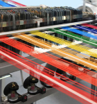 Maquina que se utiliza para la industria textil, una foto de varios hilos de colores