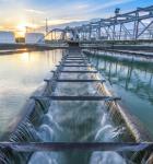 Vista area de una represa y el proceso del tratamiento de aguas